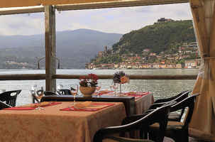 Lakeside Restaurant with Excellent Location